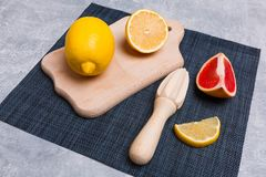 Dostichka di legno con gli strumenti per la spremuta del succo su un fondo grigio fotografia stock libera da diritti