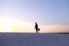 Dostojny Arabski facet chodzi z gitarą w rękach na piaskowatym wzgórzu w des Zdjęcie Stock