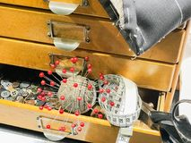 Dostosowywać akcesoria z nożyc guzikami i igłami obraz stock