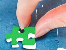 Dostosowywać ostatniego zielonego kawałek łamigłówka Obrazy Stock