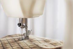Dostosowywać proces - szwalna maszyna z igłą, nicią i tkaniną, Rzecz odzież zdjęcie royalty free