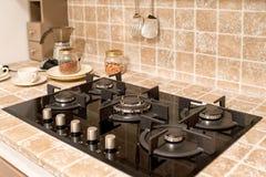 Dostosowywający benzynowy palnik w kafelkowym kuchennym kontuarze zdjęcia stock