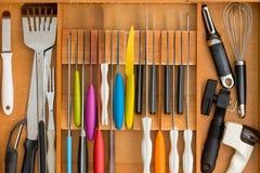 Dostosowywający nożowy kreślarz z asortowanymi naczyniami obraz royalty free