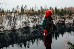 Dosyć ładna dziewczyna cieszy się pięknego jeziornego widok od hilltopl i dobrą pogodę w Karelia Wokoło skał Obraz Royalty Free