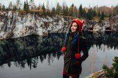 Dosyć ładna dziewczyna cieszy się pięknego jeziornego widok od hilltopl i dobrą pogodę w Karelia Wokoło skał Zdjęcie Stock