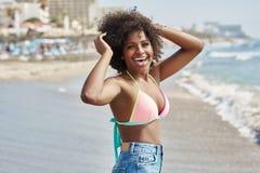 Dosyć afro amerykańska dziewczyny pozycja w dennego popiółu dźwiganiu wręcza l Obrazy Stock