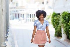 Dosyć afro amerykańska kobieta w smokingowej pozyci na ulicie Zdjęcia Stock