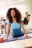 Dosyć afro dziewczyna robi Ups na ćwiczenie macie Zdjęcie Royalty Free