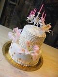 Dosyć biały fondant tort z cukrowymi lilys, madonny lelują, girandole i symbolem królowych lilys, Zdjęcie Royalty Free