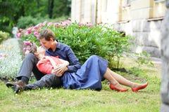 Dosyć caucasian miłości pary odprowadzenie w zielonym lato parku, mieć uśmiechy, buziaki i uściśnięcia, zdjęcia royalty free