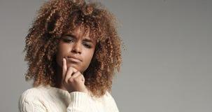 Dosyć czarna dziewczyna z dużym włosianym pozuje wideo Obrazy Stock