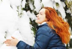 Dosyć długowłosa rudzielec młoda kobieta raduje się w śnieżnym zima lesie obrazy stock