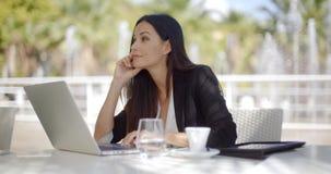 Dosyć elegancka kobieta używa jej laptop zbiory