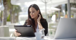 Dosyć elegancka kobieta używa jej laptop zbiory wideo