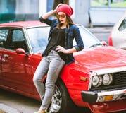 Dosyć elegancka kobiety pozycja retro samochodem fotografia royalty free