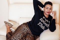 Dosyć eleganckiego amerykanina afrykańskiego pochodzenia mama duża kobieta dobrze ubierał swag relaksuje w domu, lamparta druk na Zdjęcie Stock