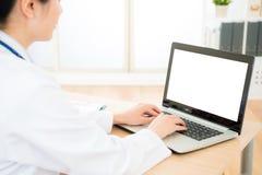 Dosyć eleganckiej kobiety doktorski używa mobilny laptop obrazy stock