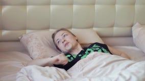 Dosyć gnuśna blondynki kobieta dostaje out łóżko w wczesnym poranku zdjęcie wideo