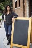 Dosyć Kędzierzawa Z włosami kobieta z Blackboard Zdjęcia Stock