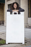 Dosyć Kędzierzawa Z włosami kobieta z kanapki deską Zdjęcia Stock