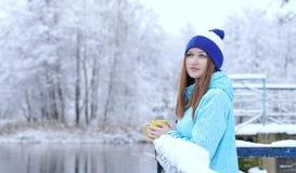 Dosyć Kaukaska dziewczyna marzy patrzeć w dystansowy trwanie plenerowego z filiżanką herbaciany pobliski nadbrzeżny fotografia royalty free