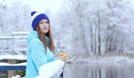 Dosyć Kaukaska dziewczyna marzy patrzeć w dystansowy trwanie plenerowego z filiżanką herbaciany pobliski nadbrzeżny zdjęcie royalty free
