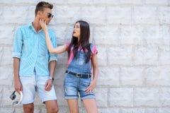 Dosyć kochający pary datuje outdoors obraz royalty free