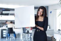 Dosyć, młoda biznesowa dama w czarnego silnego apartamentu chwyta pustym papierze Zdjęcie Stock