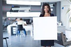 Dosyć, młoda biznesowa dama w czarnego silnego apartamentu chwyta pustym papierze Obrazy Royalty Free