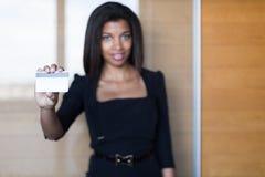 Dosyć, młoda biznesowa dama w czarnej silnej apartamentu chwyta wizyty karcie Zdjęcia Stock