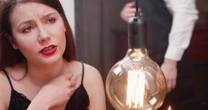 Dosyć, młoda kobieta żarliwie opowiada z jej chłopakiem zdjęcie wideo