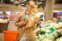 Dosyć, młoda kobieta zakupy dla świeżych warzyw zdjęcie stock