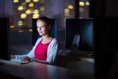 Dosyć, młody żeński student collegu używa desktop computer/pc fotografia stock