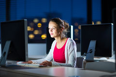 Dosyć, młody żeński student collegu używa desktop computer/pc Obrazy Stock
