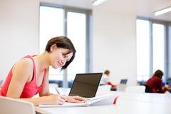 Dosyć, młody studenta collegu studiowanie w bibliotece Fotografia Royalty Free