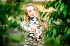 Dosyć mały łuskowaty szczeniak plenerowy w kobiet rękach fotografia royalty free