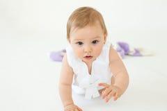 Dosyć mały dziewczynki obsiadanie na podłoga odizolowywającej Zdjęcie Royalty Free