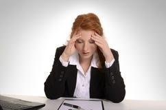 Dosyć miedzianowłosy biznesowej kobiety cierpienia oparzenie out Zdjęcia Stock
