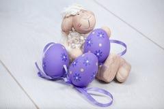 Dosyć milutcy zwełneni cakle z Wielkanocnymi jajkami Fotografia Royalty Free