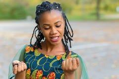 Dosyć modna młoda Afrykańska kobieta zdjęcie royalty free