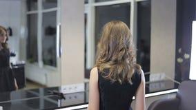 Dosyć nastoletni dziewczyna tokarzi wokoło, uśmiechy po havid hairslyling i zdjęcie wideo