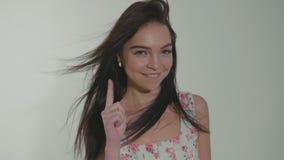 Dosyć nastoletnia dziewczyna flirtuje tanczyć jej palec i machać przy studiiem w zwolnionym tempie zbiory wideo