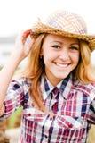 Dosyć ono uśmiecha się blond nastoletnia dziewczyna w kowbojskim kapeluszu Obraz Stock
