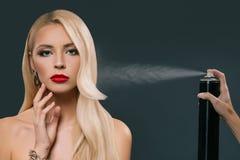 dosyć piękna blondynka włosy dziewczyna z ręką używać kiść zdjęcia royalty free