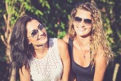 Dosyć piękni brunetki i blondynki dziewczyny przyjaciele w okularach przeciwsłonecznych obraz stock