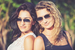 Dosyć piękni brunetki i blondynki dziewczyny przyjaciele w okularach przeciwsłonecznych obrazy stock