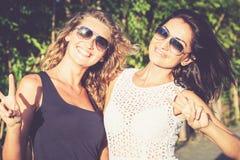 Dosyć piękni brunetki i blondynki dziewczyny przyjaciele w okularach przeciwsłonecznych zdjęcie royalty free