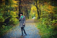 Dosyć romantyczna dziewczyna w jesieni odziewa spacery w parku Nastrój jesień, liścia spadek Zdjęcia Stock