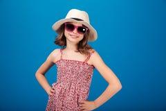 Dosyć rozochocona mała dziewczynka w kapeluszu i szkłach Zdjęcia Stock