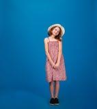 Dosyć rozochocona mała dziewczynka w sundress i kapeluszu Zdjęcia Royalty Free